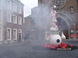 cad8412a2a3 De water en rook spuwende fontein geïnspireeerd van schilderij 'De Tuin der  Lusten', een kunstwerk in keramiek van de Amsterdamse kunstenaar Ruudt  Peters.