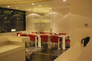 het door jan de bouvries ontworpen interieur van lumidee links de kantoren en rechts de binnentuin