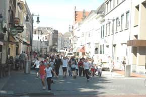 Via de Parade naar de Markt . Na het startschot van burgemeester ...: www.bastionoranje.nl/printerversie.php?artikel=570